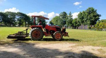ผู้ปกครองนักเรียน นำรถไถมาช่วยตัดหญ้าบริเวณสนามฟุตบอล